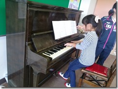 松本ピアノを弾く小学生2